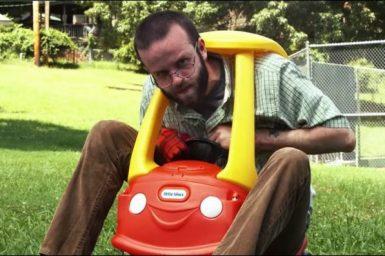 大人が小さい車で遊ぶ